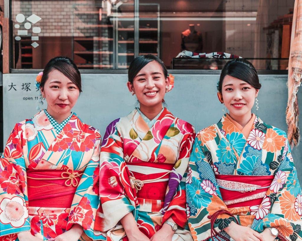 Japanese-girls-in-kimono