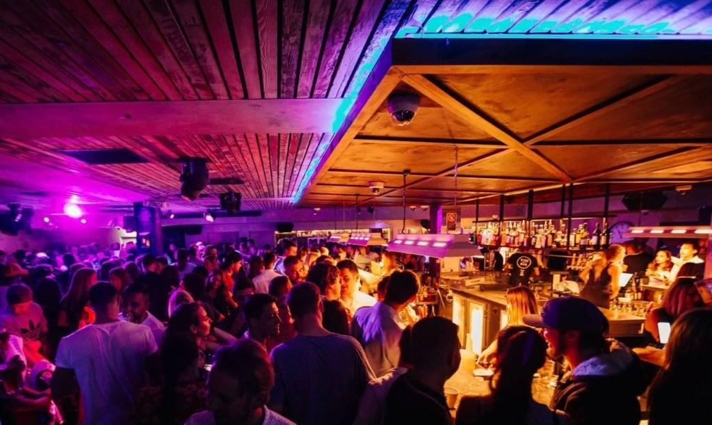 wake-up-sydney-hostel-side-bar